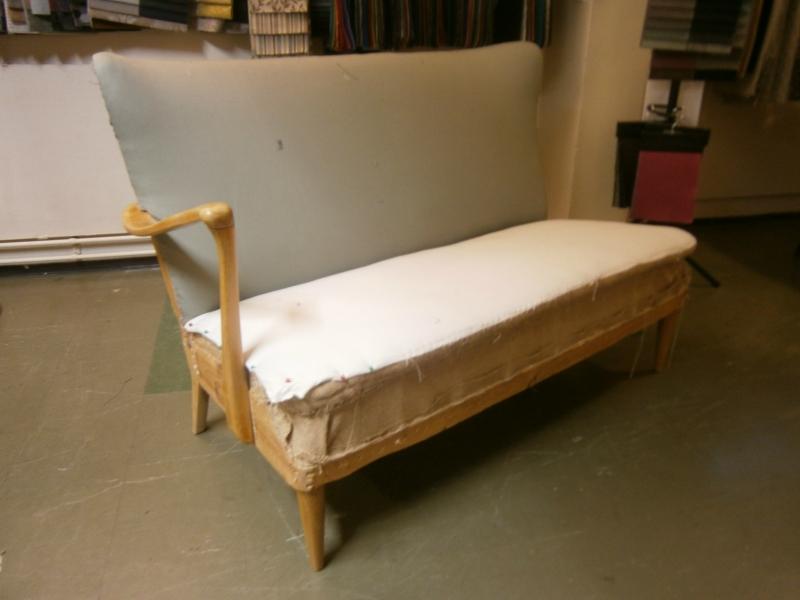Tämä sohva kunnostettu täysin, nyt vailla vailla kivaa kangasta! Tule valitsemaan itsellesi sopiva. Hinta 550e + kangas